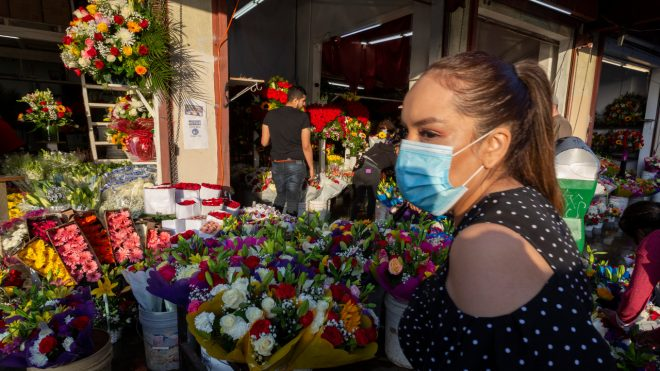 After weekslong closure, downtown L.A.'s flower market draws customers on Mother's Day