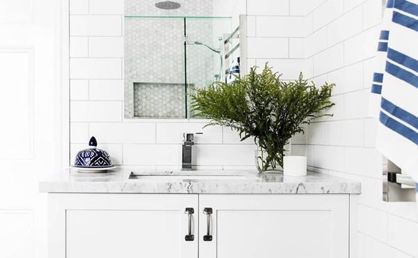 Hamptons-style bathrooms