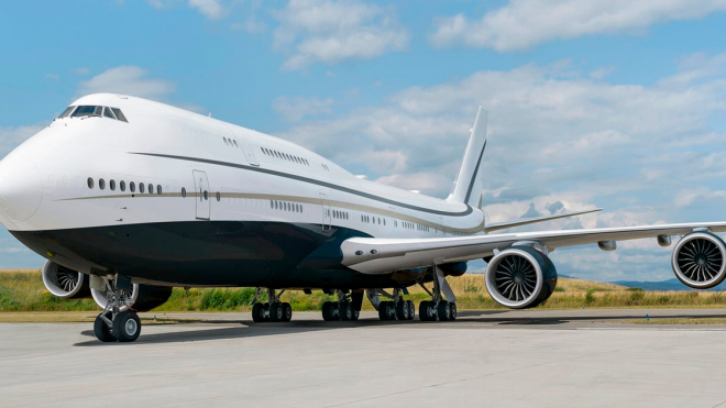 See Inside The World's Largest Private Jet That Looks Like A Luxurious '70s Apartment (25 Pics)